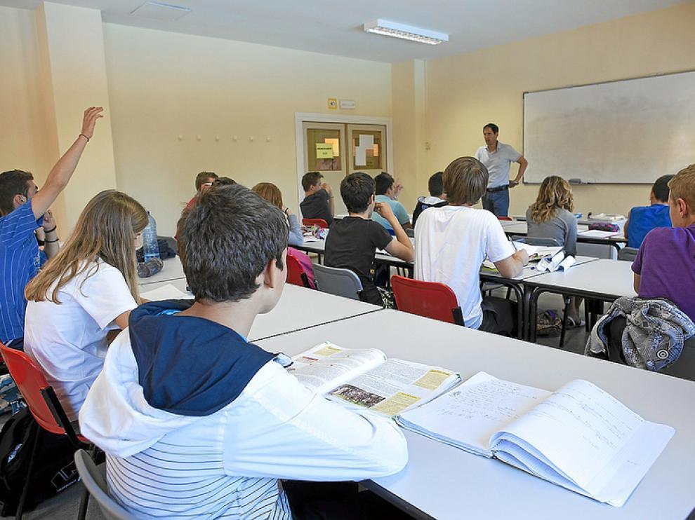 Clase a alumnos de tercero de la ESO en un colegio de verano