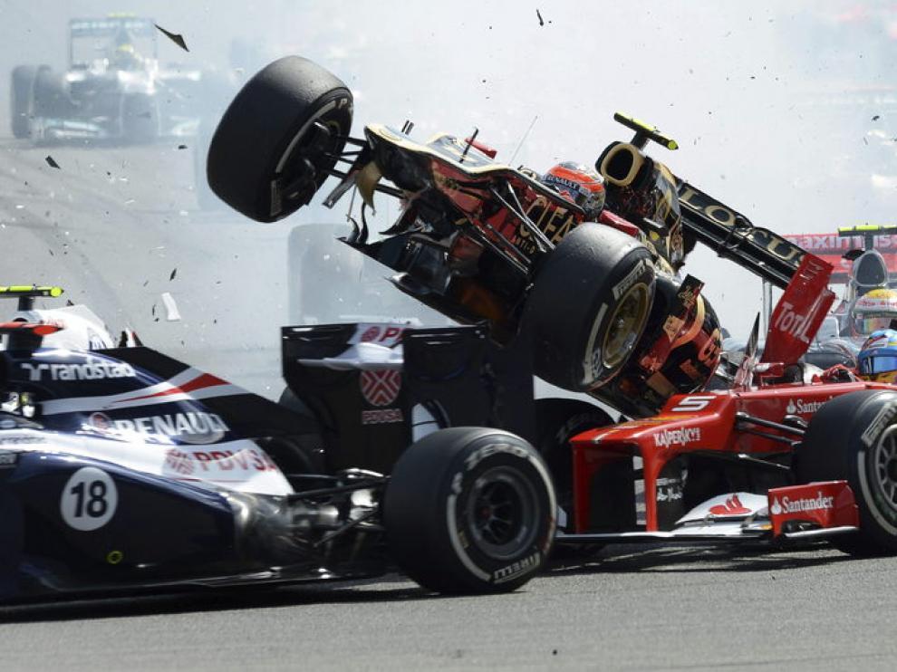 Grosjean vuela con su monoplaza sobre Fernando Alonso