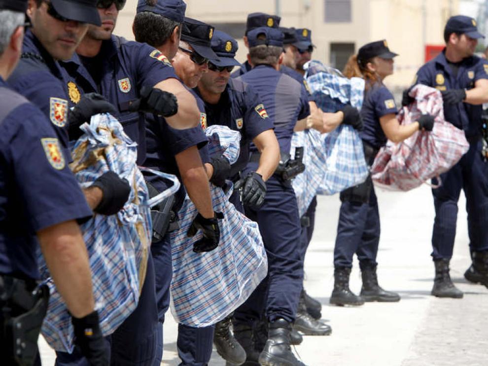Agentes de policía durante la descarga del alijo de 500 kilos de cocaína
