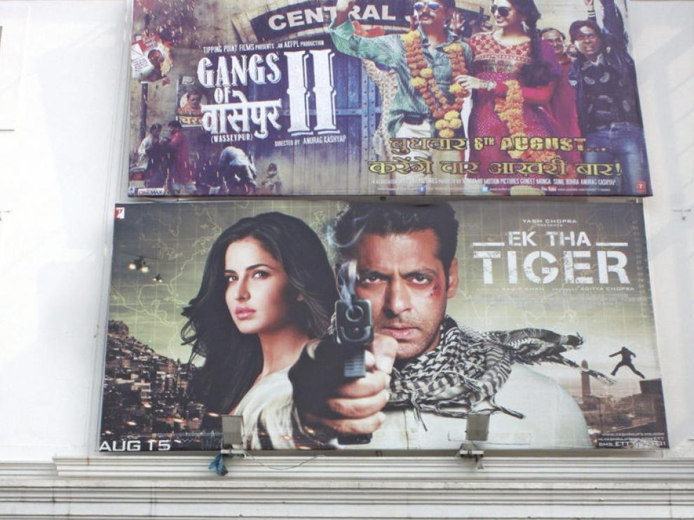 Entrada a un cine en Nueva Delhi con la película 'Érase un tigre'