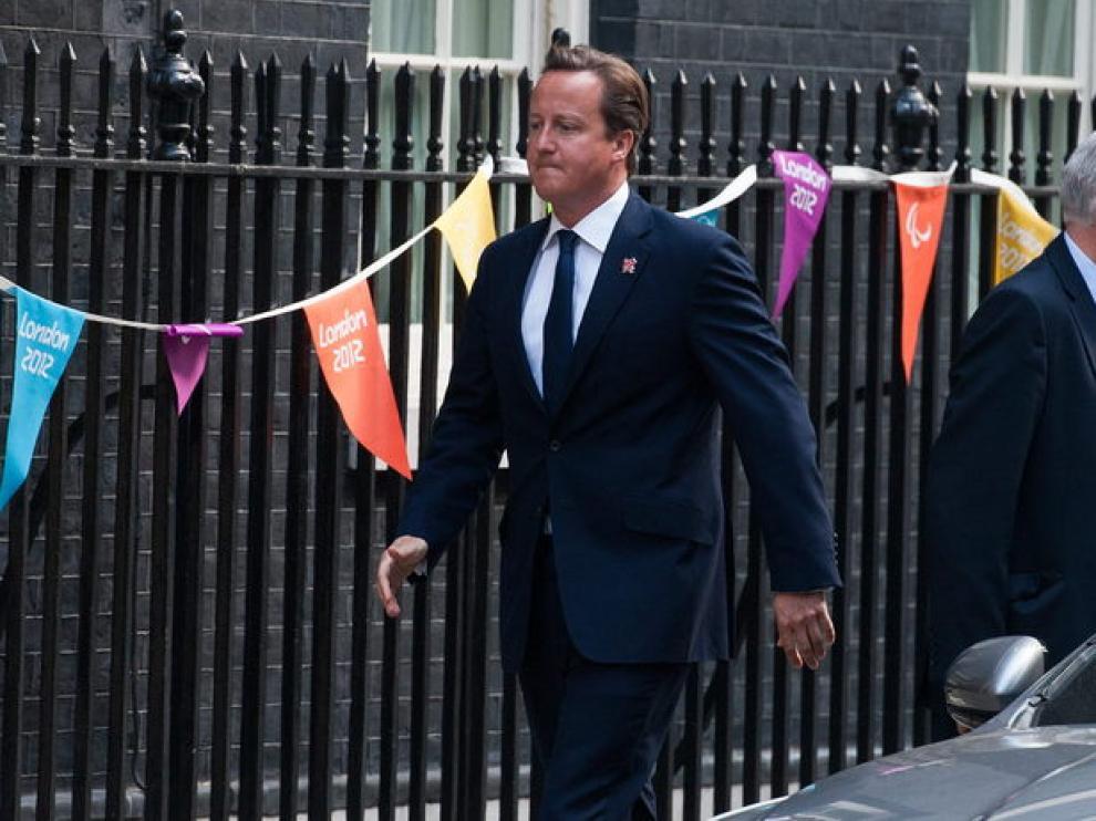El primer ministro británico, David Cameron, paseando por Downing Street.
