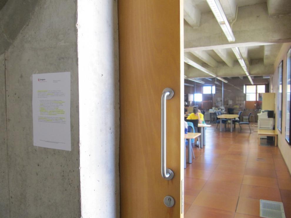 Cartel informativo en la biblioteca María Moliner