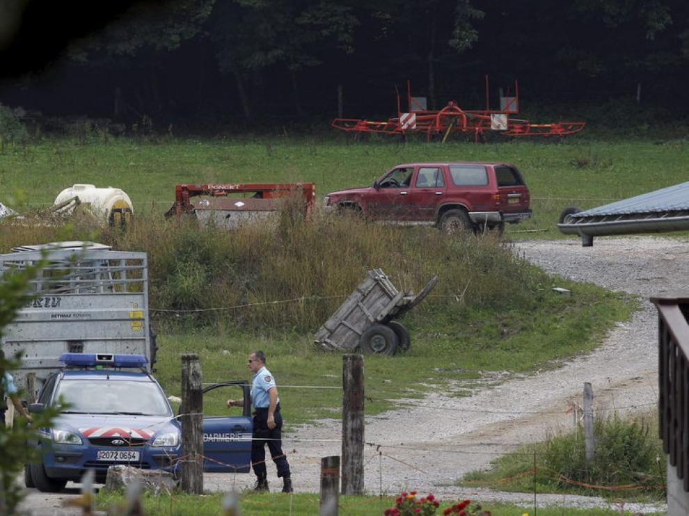 Un policía francés en la zona boscosa de Chevaline, donde encontraron a las víctimas