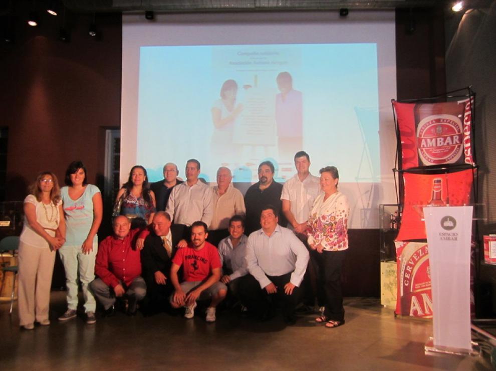 Los 13 hosteleros se fotografían junto a María Arias, protagonista de la campaña.