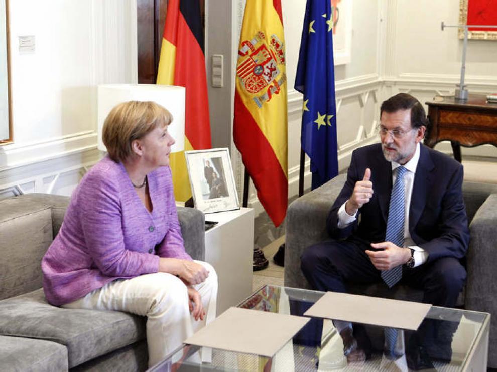 Foto de archivo de una reunión de Merkel y Rajoy