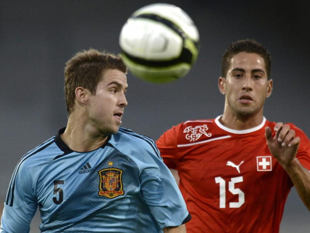 Íñigo Martínez lucha por el balón con el suizo Ben Khalifa.