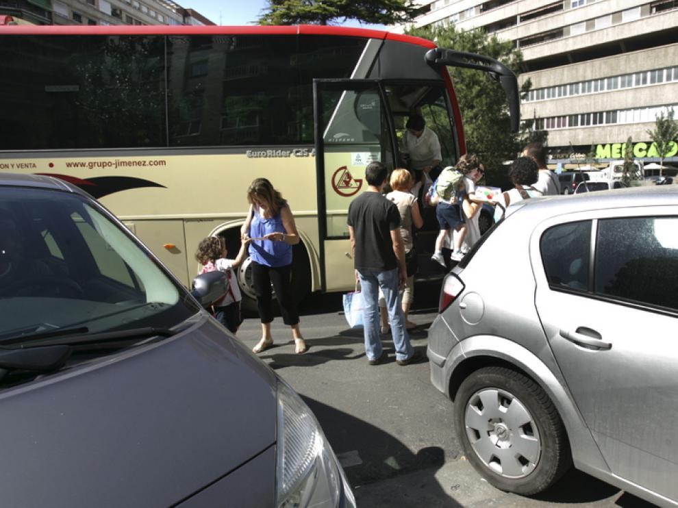 Parada de bus escolar en Plaza Roma.