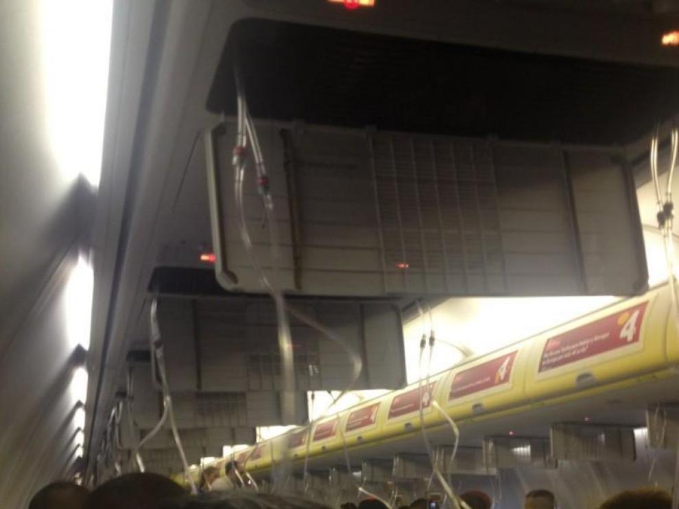 Las mascarillas de emergencia se han abierto tras la descompresión de la cabina