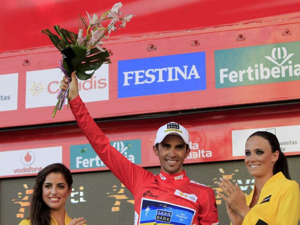 El ciclista, Alberto Contador, en el podium con el maillot de líder