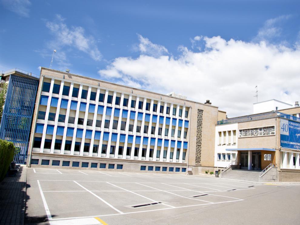 Exterior del edificio de ESIC en Zaragoza, frente al Stadium Casablanca.