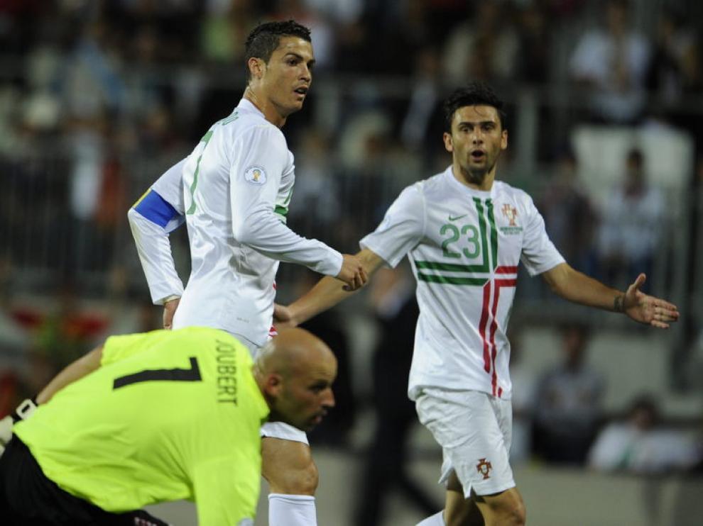 Postiga, en una jugada del partido junto a Cristiano Ronaldo
