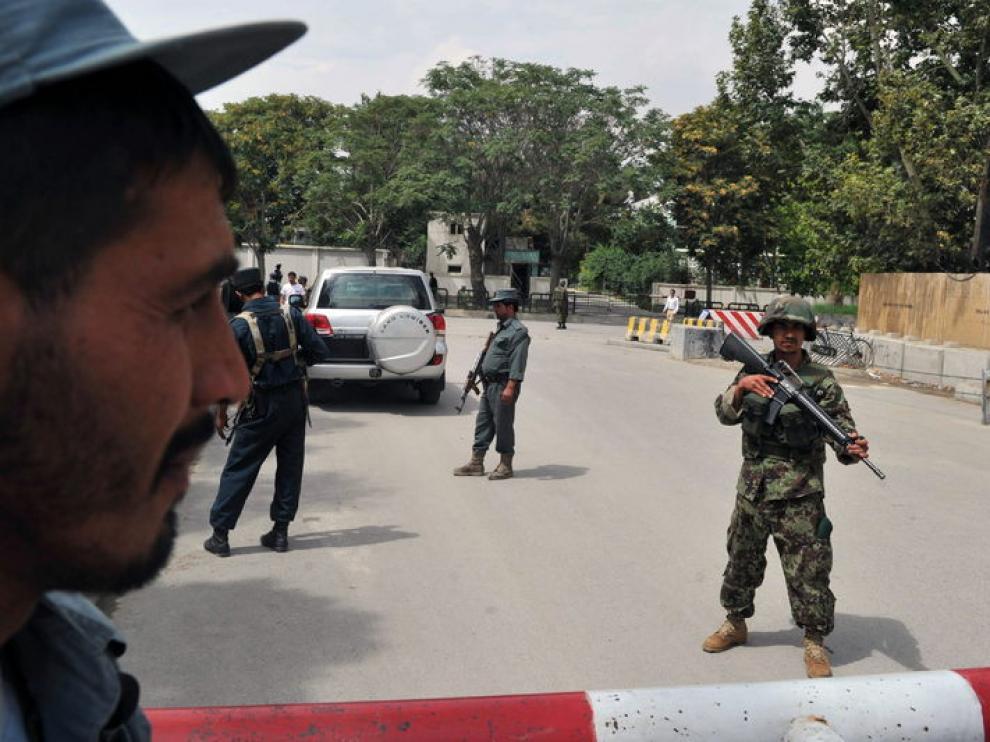 Varios militares custodian el lugar del atentado