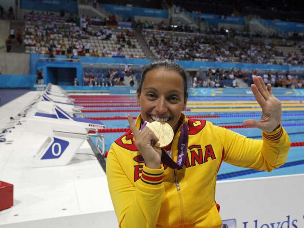 Teresa Perales, con una de sus medallas en Londres