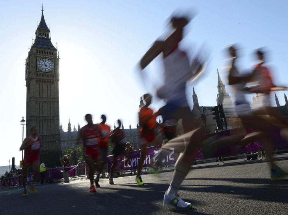 Los atletas paralímpicos pasan junto al Big Ben en el maratón