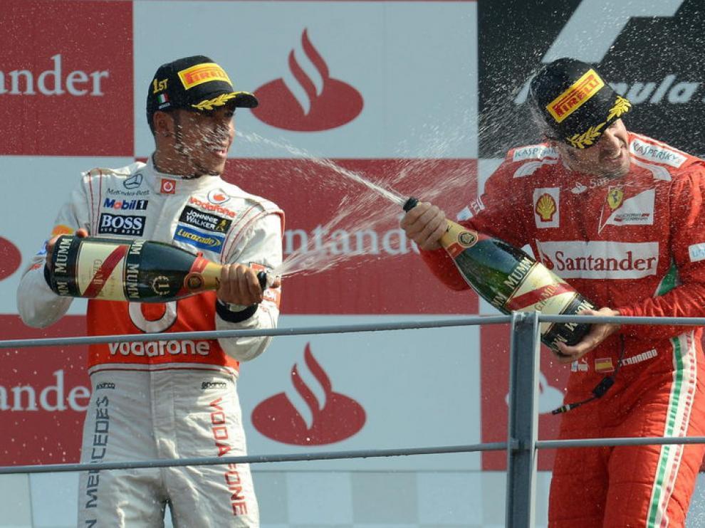 Fernando Alonso y Lewis Hamilton celebran su podio.