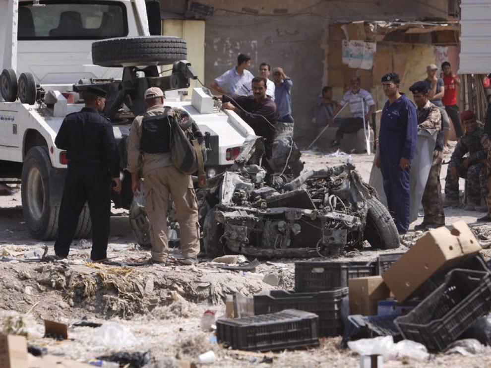 Restos de uno de los coches bomba que explotaron en Iraq