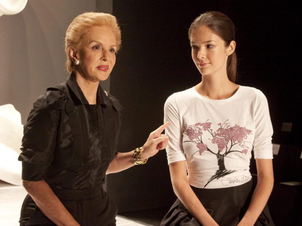 Carolina Herrera junto a una de sus modelos