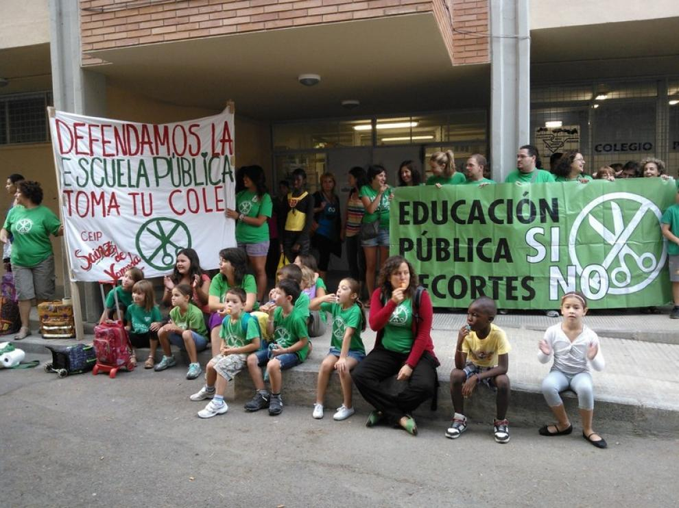 Protesta, esta mañana, en el colegio Sáinz de Varanda