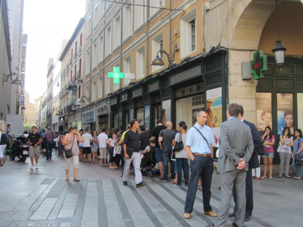 Unas 1.500 personas hacían fila en la calle Cinco de Marzo.