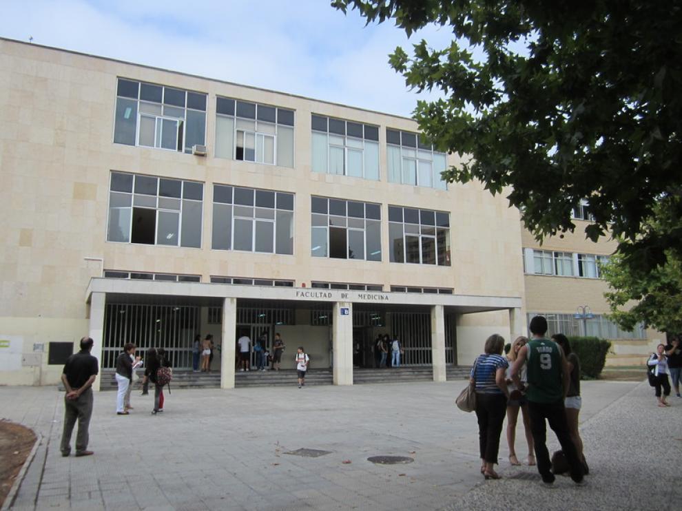 Varios alumnos de selectividad a la entrada de la Facultad de Medicina.