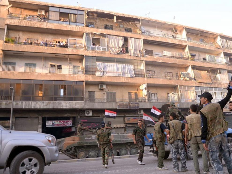 El Ejército sirio toma posición en una barrio residencial de Alepo