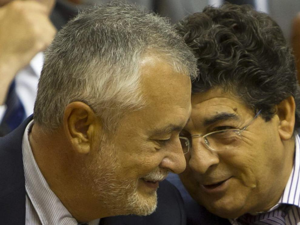 El presidente andaluz y el vicepresidente en el pleno del Parlamento