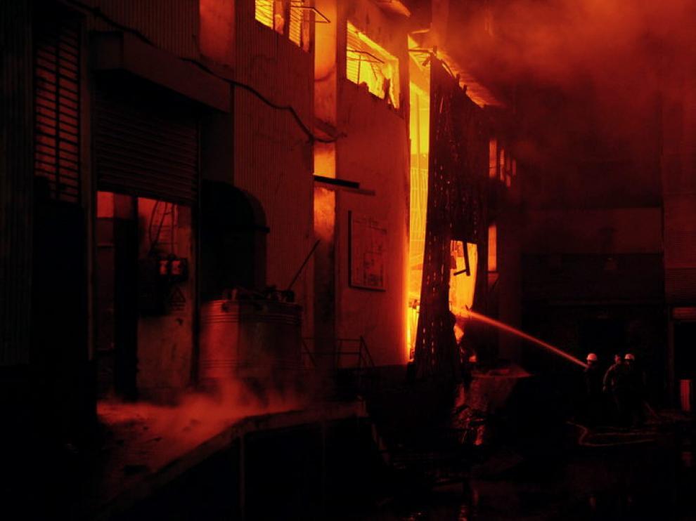 Fábrica textil ardiendo en Karachi, en el sur de Pakistán