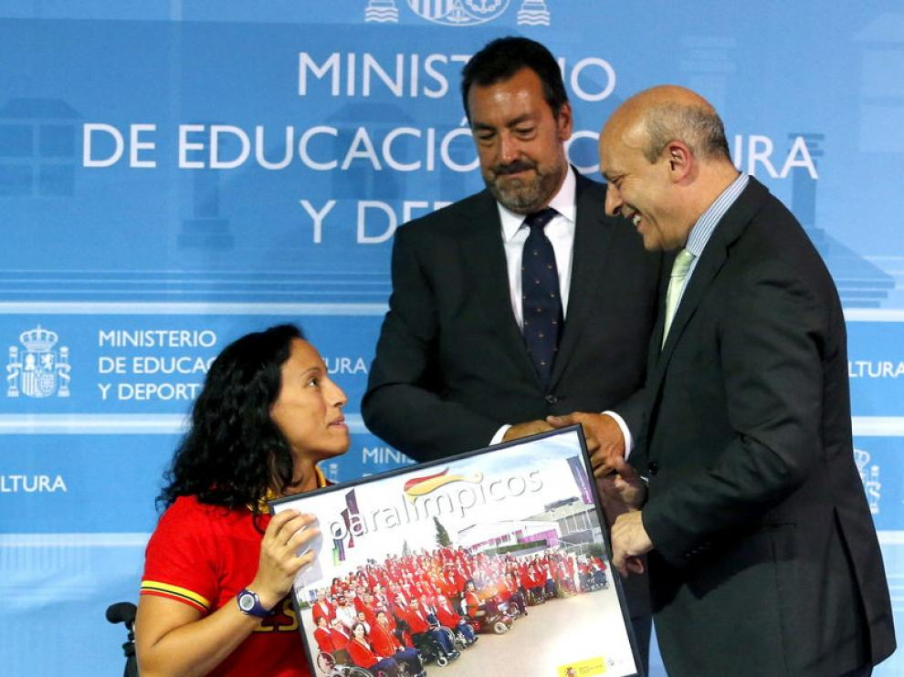 Teresa Perales junto al ministro de Educación y al presidente del Comité Paralímpico