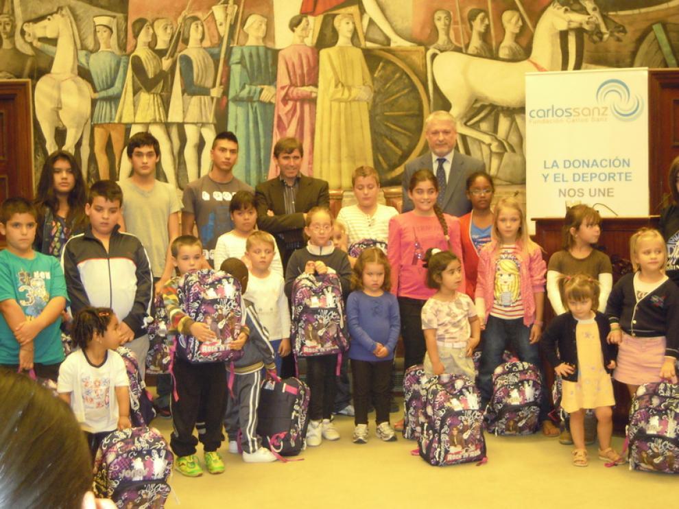 La Fundación Carlos Sanz ha entregado 33 becas de material escolar