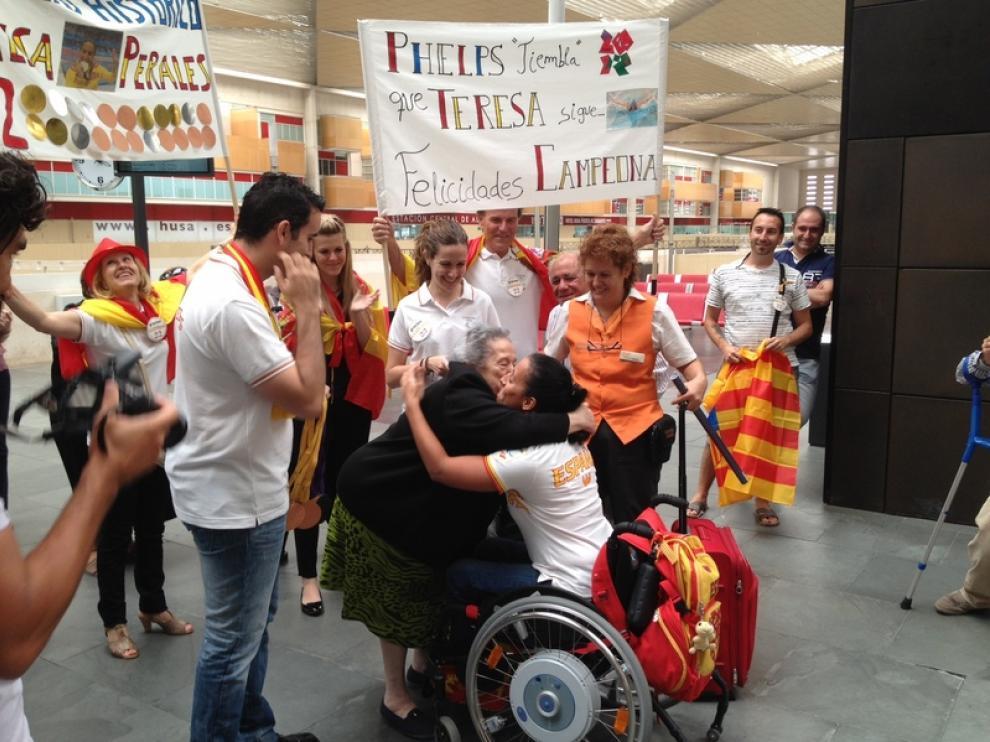 Teresa Perales abraza a un familiar a su llegada