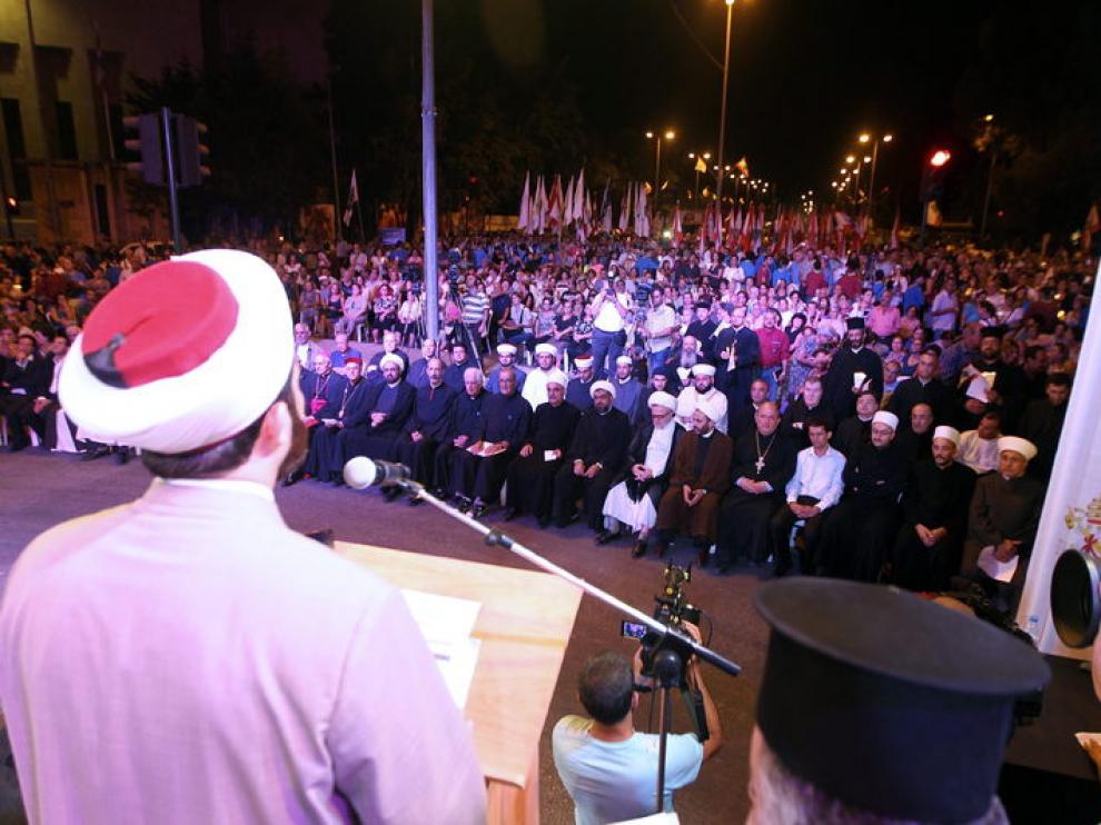 Miles de libaneses cristianos y musulmanes participan en una vigilia en Beirut.