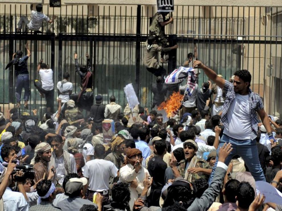 Centenares de personas protestan ante la embajada de EE. UU. en el Yemen