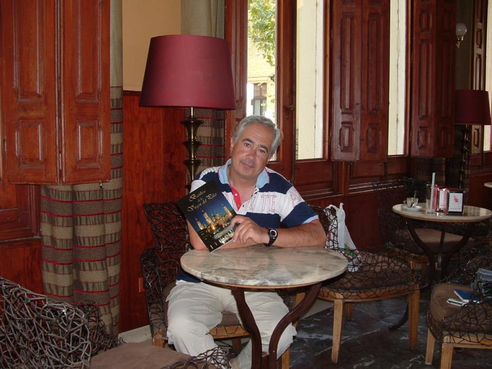 El autor, José María Fuixench,  con su libro sobre la Basílica del Pilar