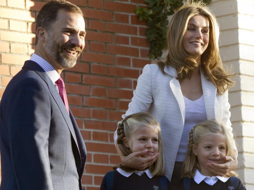 Don Felipe y doña Letizia posan en el colegio privado Santa María de los Rosales