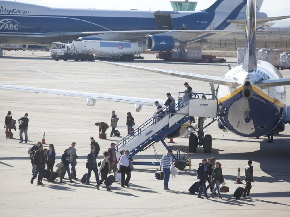 Pasajeros bajando de un avión de Ryanair, foto de archivo.