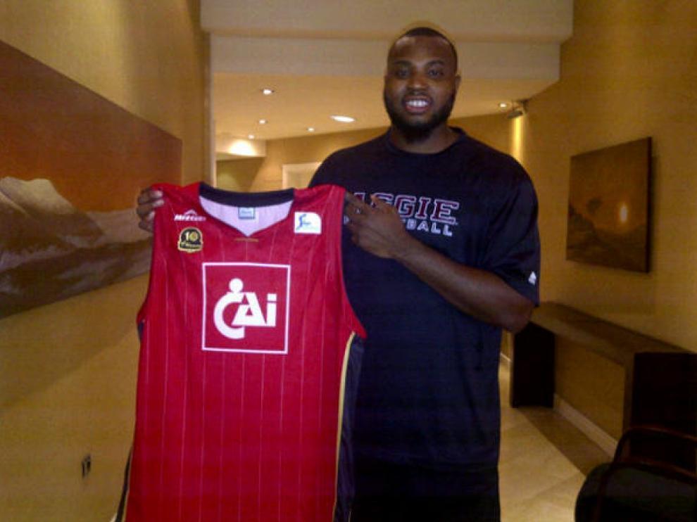 Joseph Jones posa con la camiseta del CAI Zaragoza