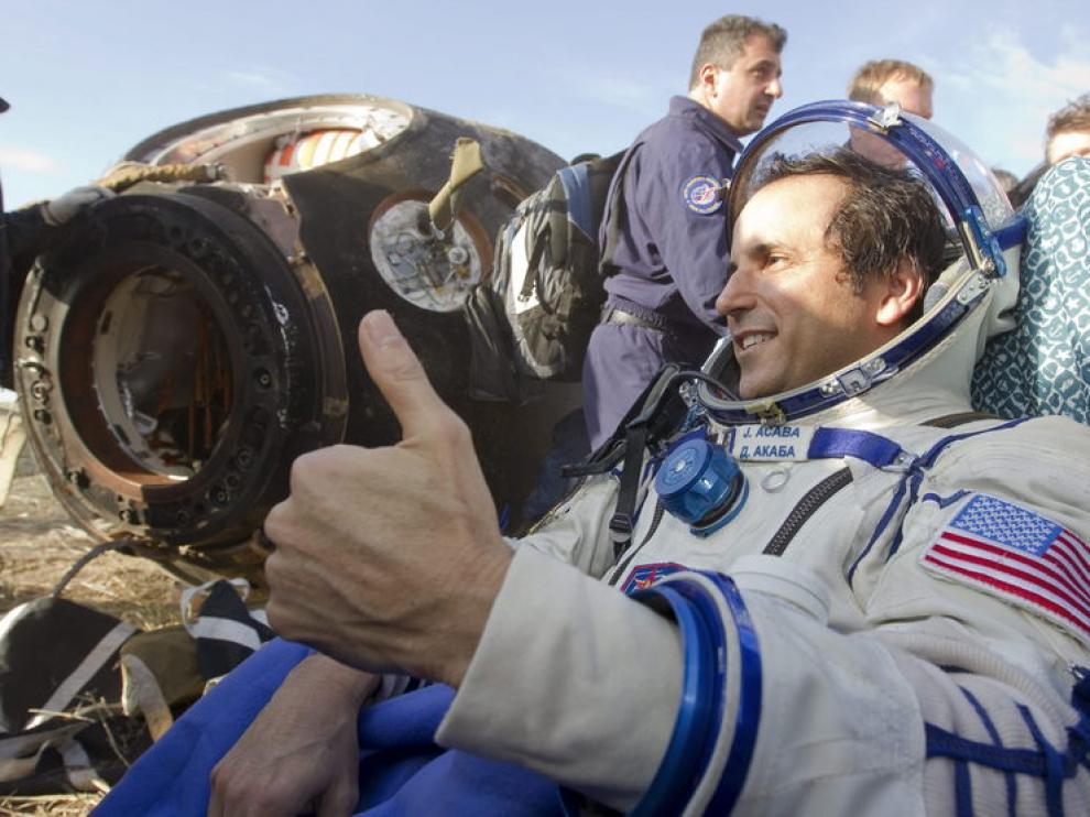 El astronauta estadounidense Joseph Acaba, saluda tras su aterrizaje