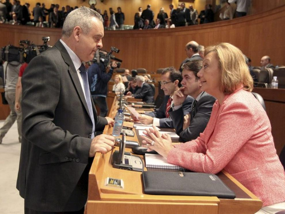 Adolfo Boné (PAR) conversa con la presidenta de Aragón