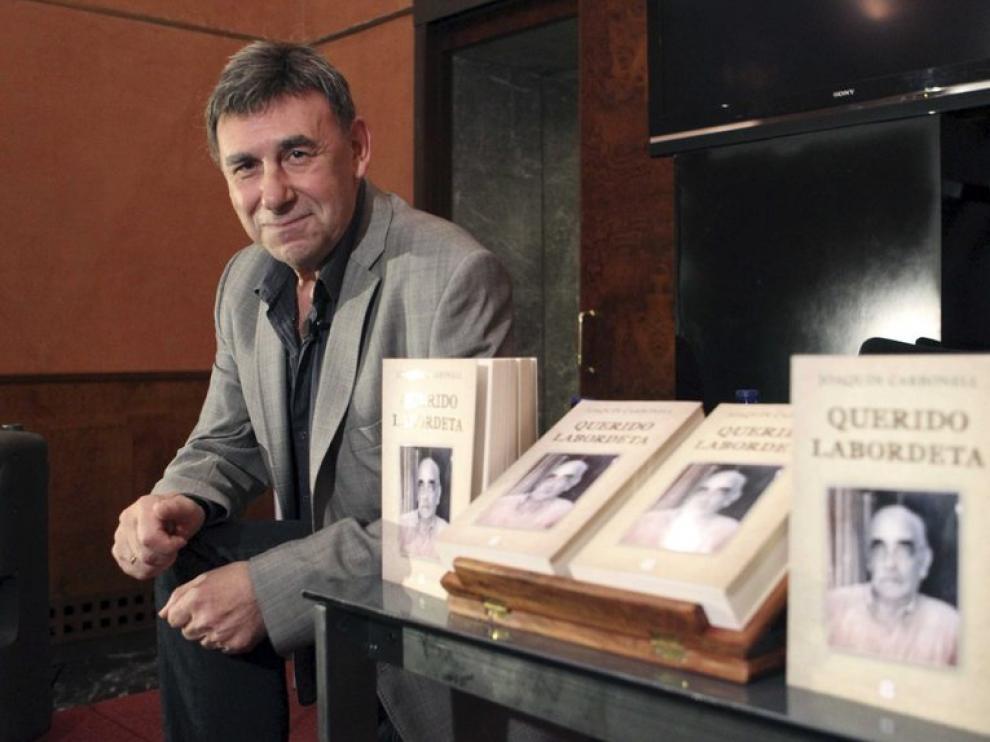 El amigo de Labordeta, J.Carbonell junto a su libro
