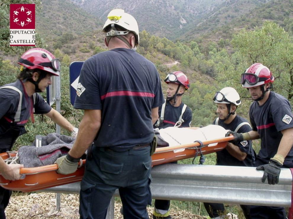 Los bomberos retiran el cuerpo de un ciclista fallecido en País Vasco.