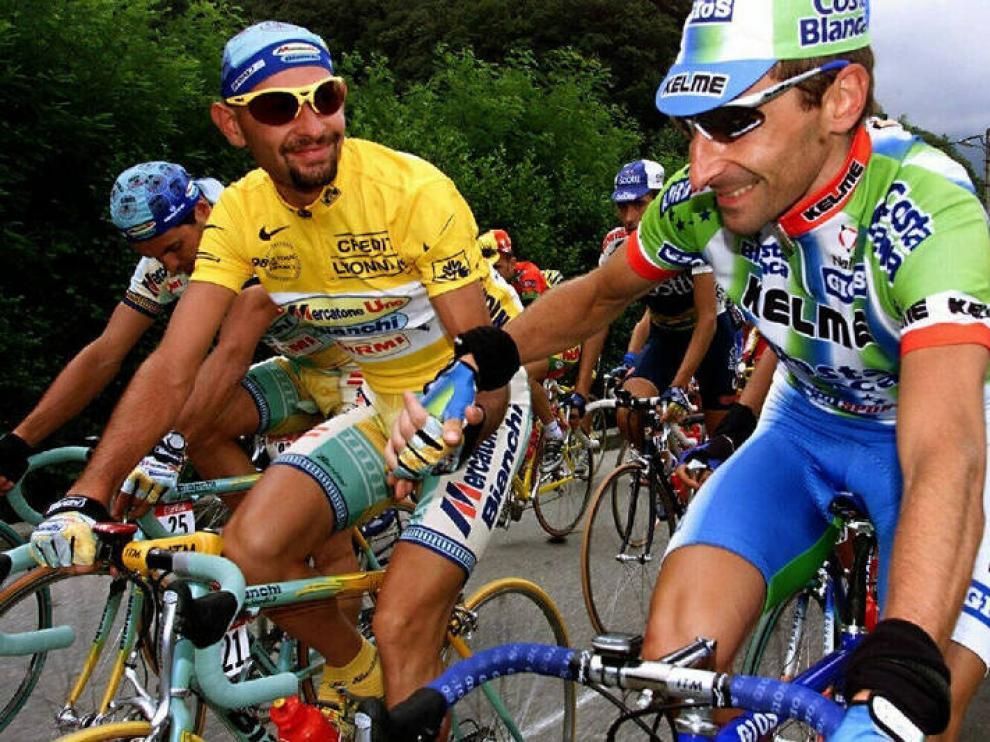 Escartín saluda a Pantani en el Tour de 1998