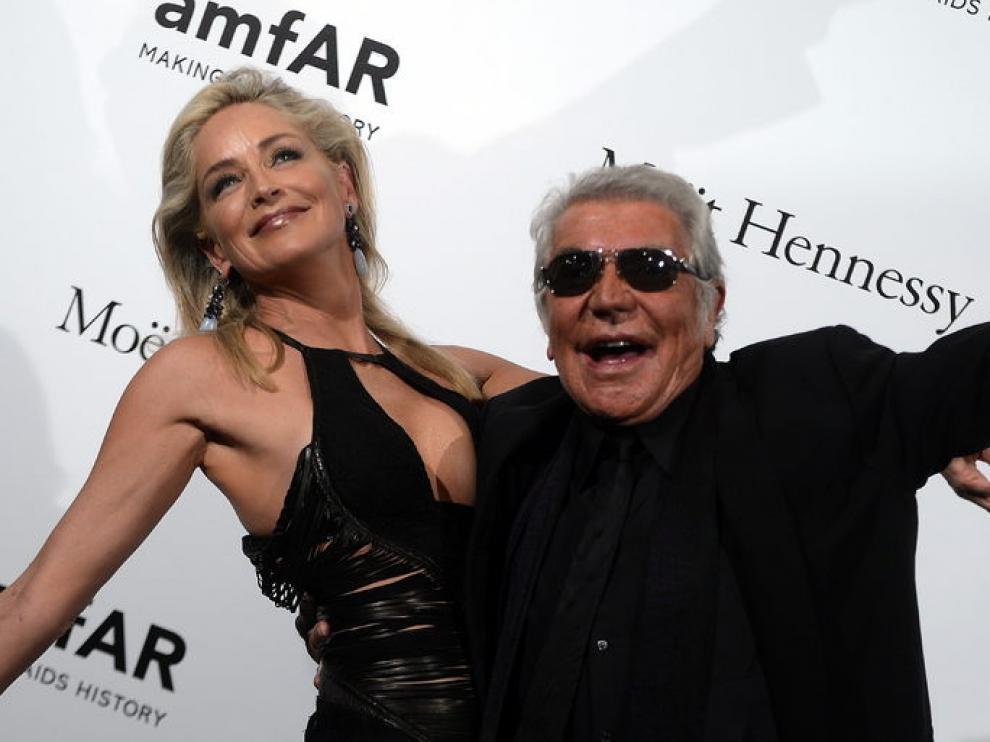 Sharon Stone con el diseñador Roberto Cavalli