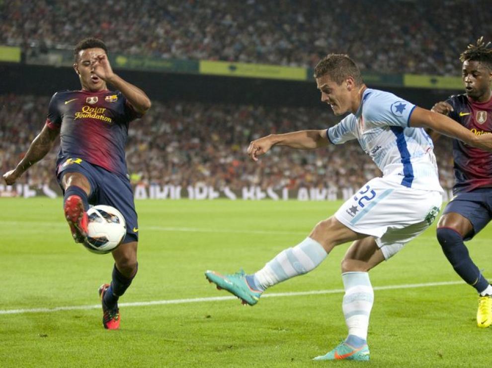Thiago Alcántara bloquea al centrocampista Gabriel Torje.