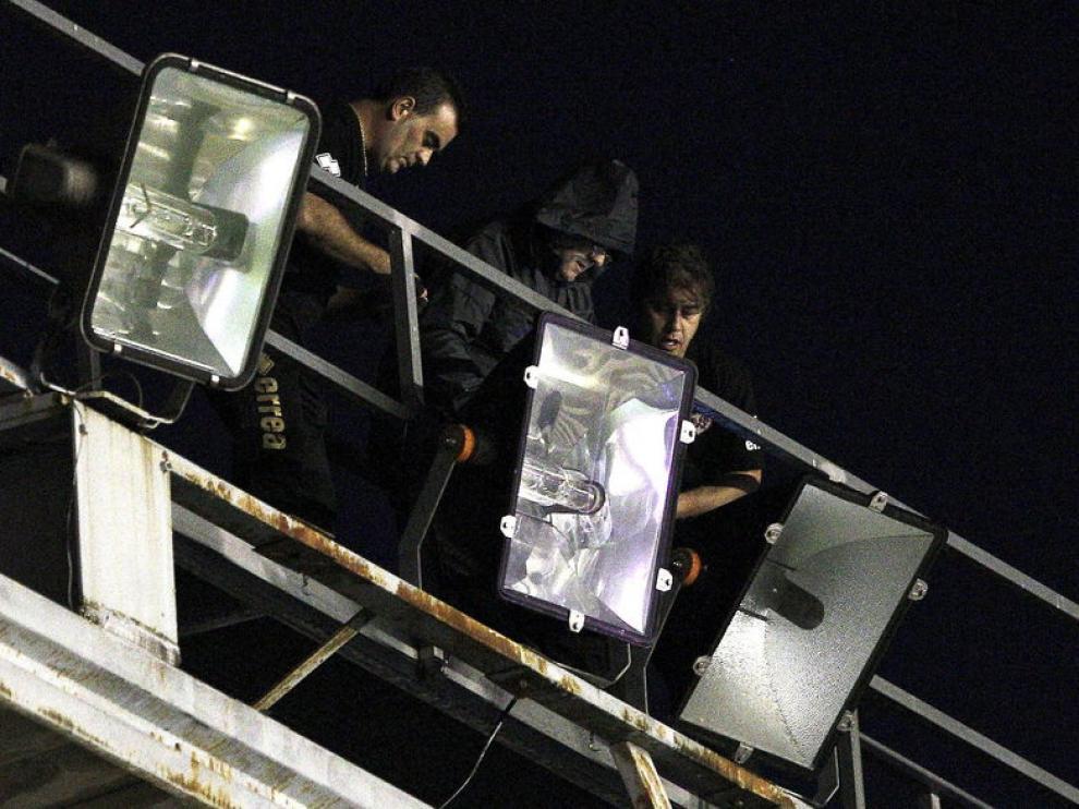 Electricistas tratan de arreglar el corte de luz en el campo del Rayo