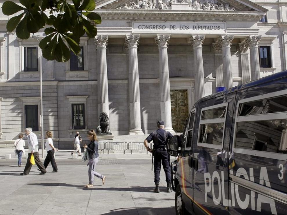Un furgón de la Policía Nacional vigila frente al Congreso de los Diputados