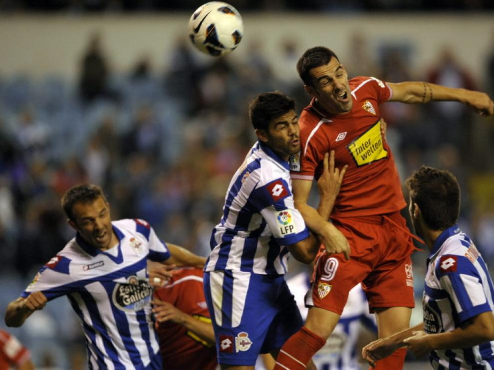 Álvaro Negredo da un cabezado ante el Deportivo de La Coruña