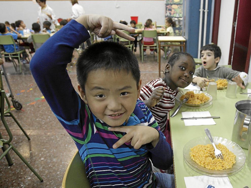Un grupo de niños, en el comedor del colegio Santo Domingo.