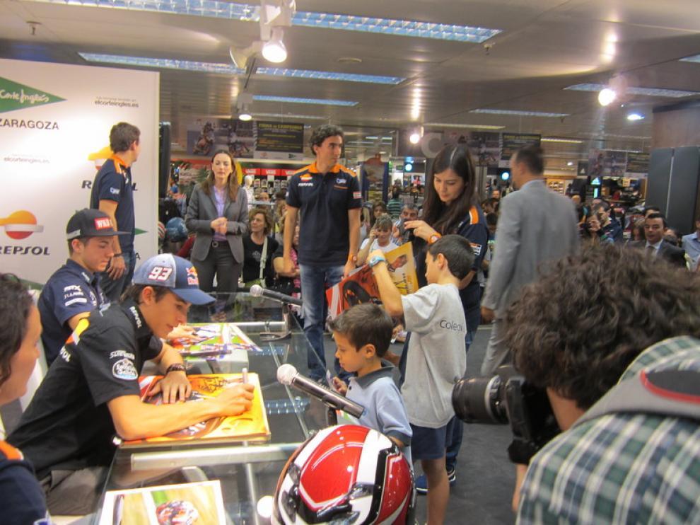 Marc Márquez y Máverick Viñales han firmado autógrafos en Zaragoza