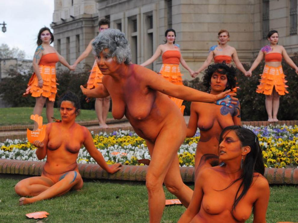 Mujeres hacen una 'performance' en Uruguay a favor del aborto