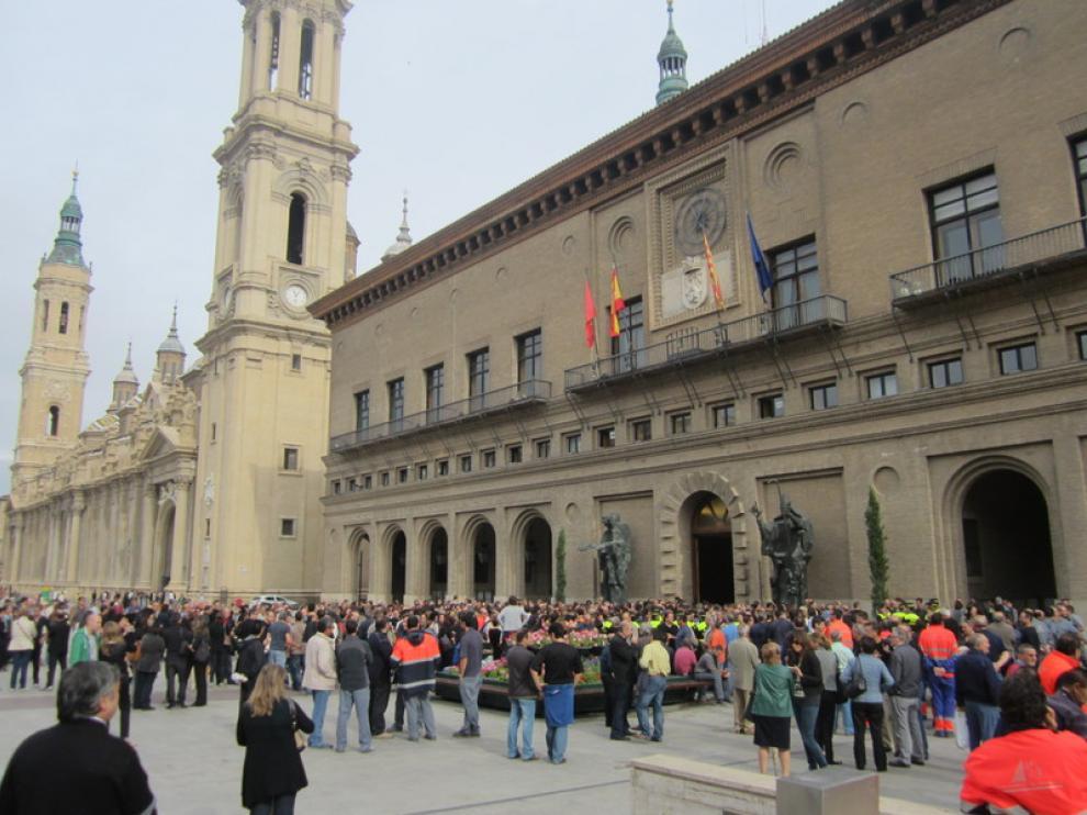 Concentración de trabajadores municipales en la Plaza del Pilar.